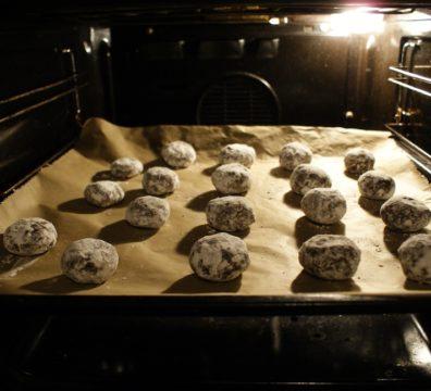 Aufgebrochene Schokoladenkekse im Ofen