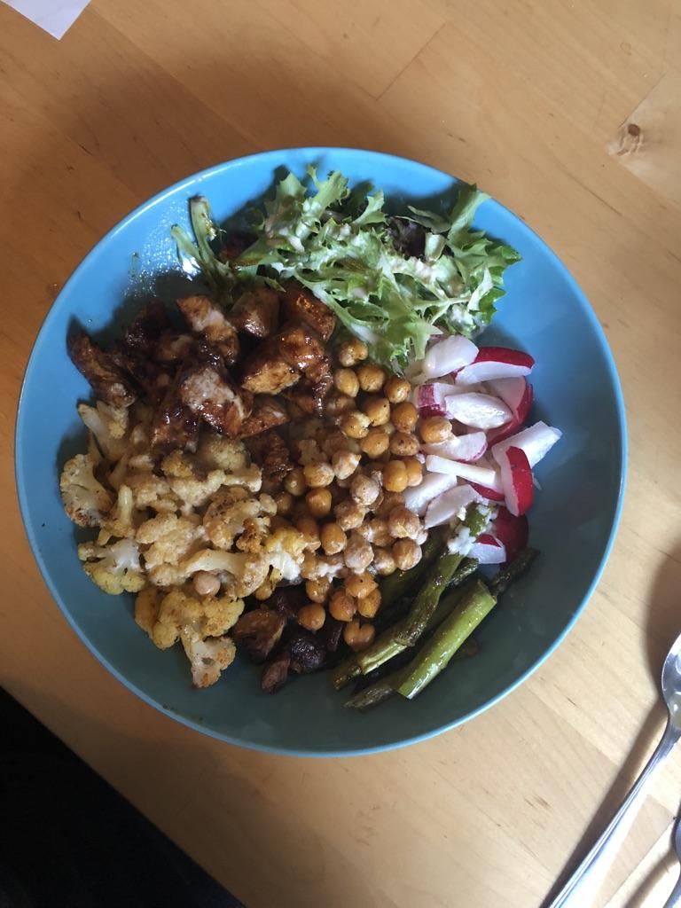 Bowl mit Gemüse und Hühnchen