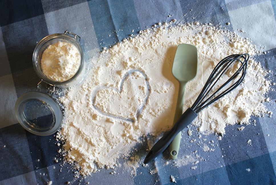 glutenfreies Mehl und Backutensilien