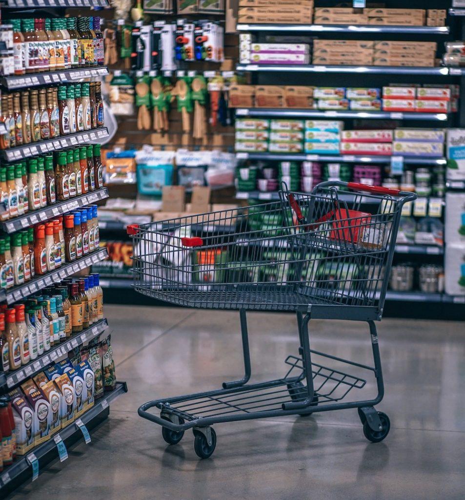 Ein Einkaufswagen im Supermarkt