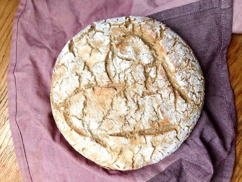 Das fertige Brot auf einem Geschirrtuch