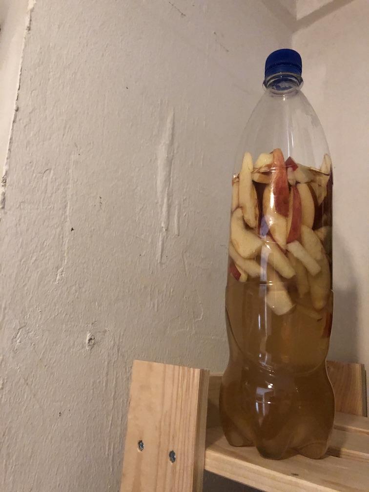 Hefewasser mit Äpfeln